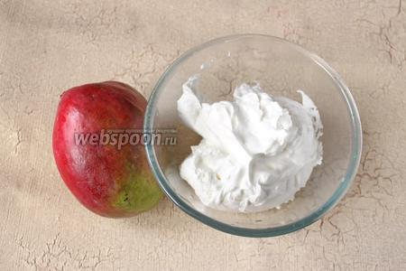 Чтобы приготовить такое мороженое потребуется манго, сладкие взбитые сливки, мёд или сахар по вкусу.