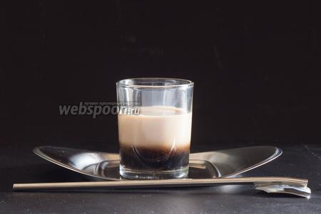 Второй слой — сливочный ликёр, вливаем его по ложечке поверх кофейного.