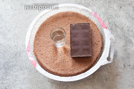 Я использую в своём рецепте 2 тёмных бисквитных коржа (уйдут не полностью, диаметр торта будет 18 см), 200 г шоколада и 180 мл воды для крема, и 100 г шоколада для покрывала. Если делать тортик такого же диаметра повыше, из 3 коржей, то нужно в 1,5 раза увеличить количество шоколада и воды для крема (300 г и 270 мл), если делать полноразмерный торт, полностью используя 3 коржа большого диаметра, то нужно удвоить количество воды и шоколада, и для крема, и для покрывала. Другой вариант крема — сливочно-шоколадный