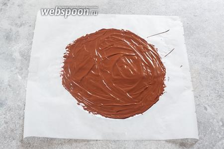 Рисуем на кондитерской бумаге растопленным шоколадом круг. Его диаметр должен равняться диаметру торта, плюс 2 высоты, плюс 2 см припуска. Но, в принципе, можно прикинуть размеры круга и опытным путём, накрыв чем-то торт и сделав из этого шаблон. У меня шаблон лежит под бумагой, бумага наклеена на столе на скотче, чтобы не морщилась. Шоколадному кругу даём остыть 10-15 минут.