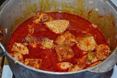 Залить водой, чтобы мясо еле-еле было покрыто. Закрыть казан крышкой и тушить мясо около 1 часа, иногда помешивая, и, если нужно, периодически доливая немного воды.