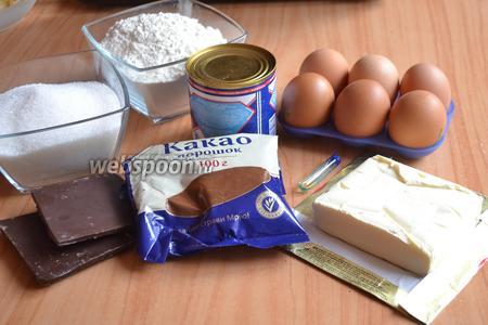 Для приготовления возьмите яйца, муку, сахар, сгущённое молоко, какао порошок, сливочное масло, чёрный шоколад и экстракт ванили.