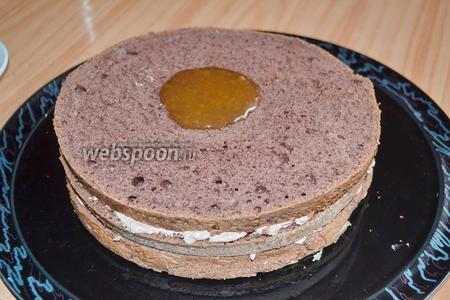 Верх и края торта смазать подогретым абрикосовым джемом.