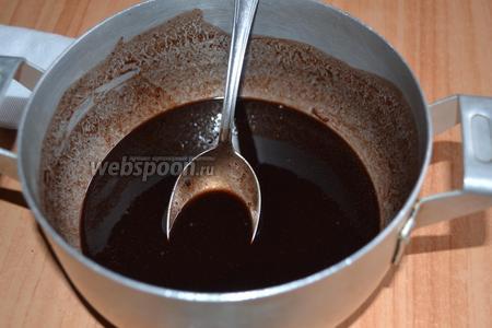 Готовим шоколадную глазурь. Растопить на водяной бане шоколад и сливочное масло.