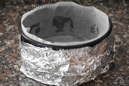 Форму для выпекания, диаметром 15 см, выстлать пергаментом, дно и края формы — пищевой фольгой.
