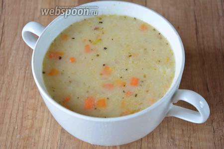 К тому времени суп уже готов. Готовый суп разливаем в порционные тарелки.
