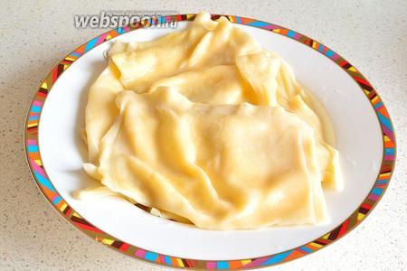 С помощью шумовки достать готовые тухум-бараки на тарелку. Выкладываем слоями, каждый слой хорошо смазываем маслом. Самые верхние тухум-бараки также смазать маслом, чтобы не заветривались. Подаём в тёплом или в холодном виде. Одинаково хороши в любом виде.