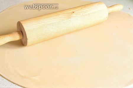 Припыляя периодически тесто, раскатываем его в круг толщиной 1-2 мм.
