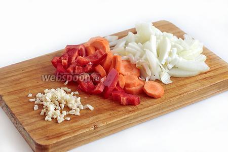 Репчатый лук, морковь, сладкий перец и чеснок нарезать произвольно. Повторюсь, овощи нарезаю крупно. Чеснок измельчить острым ножом.
