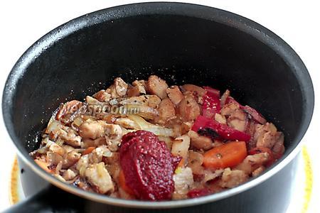 Как только лук слегка поджарится, можно добавить томатную пасту и влить воду. Если паста сильно кислит, то исправить это 1 щепоткой сахара. Количество воды произвольно, желательно, чтобы слегка покрыла всё мясо и овощи. Посолить.