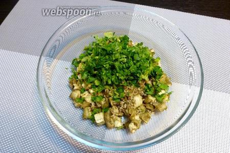 Нарубим мелко кинзу с петрушкой и добавим их в салатник.