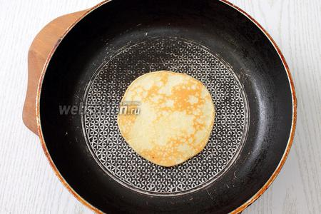Выпекаем панкейки на сухой сковороде с 2 сторон, на 1 панкейк берём 1-1,5 ст. л. теста. Выпекаются они очень быстро, огонь делаем небольшим, панкейки легко переворачиваются и не прилипают.