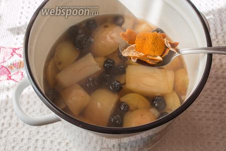 Следом добавляем сушёную апельсиновую цедру.