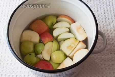 Высыпаем яблоки в кастрюлю с водой.