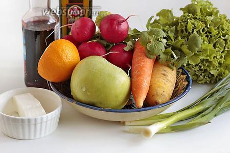 Для приготовления салата возьмём яркую морковь, лучше 2 цветов, кисло-сладкое яблоко, лимон (на фото половинка оранжевого лимона, у нас такие местные), весенний редис, салатные листья, зелёный лук и перо зелёного чеснока, свежую кинзу, гранатовый сироп, оливковое масло, Фетаксу.