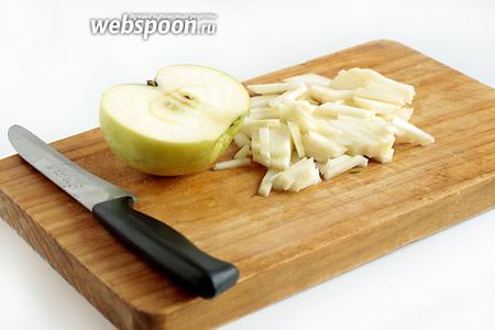 Половинку яблока нарезать тонкой соломкой.