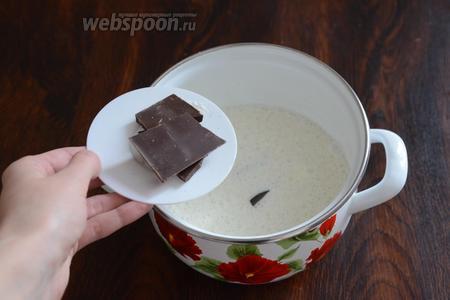 Высыпаем плитки шоколада. Шоколад может быть как молочным, так и горьким. Выбирайте на свой вкус.