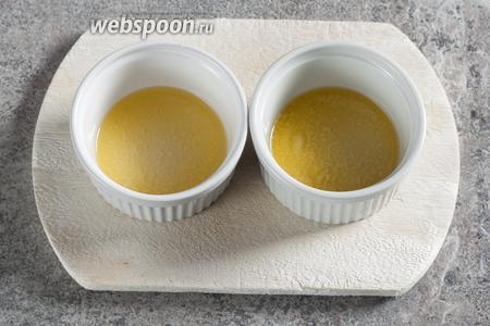 Масло растапливаем в микроволновке, 30 секунд на максимуме. Я разделила его сразу на 2 чашки, потому что в дальнейшем оно будет смешиваться с разными ингредиентами.