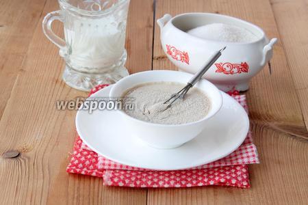 В прогретом молоке растворяем сахар и быстродействующие дрожжи — накрываем миской и оставляем в тепле на 20-30 минут.