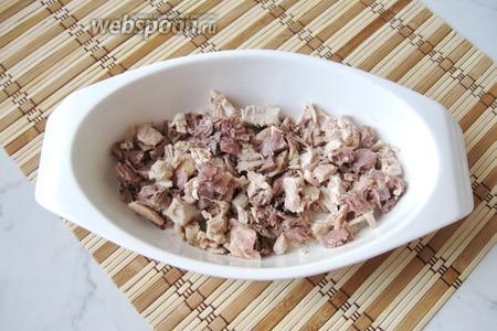 Варёное мясо отделить от костей, шкурки, хрящей. Должна остаться чистая мякоть. Мясо мелко нарезать и выложить в тарелки.
