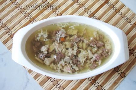Залить мясо с чесноком бульоном. Поставить в холод до полного застывания. Холодец с говяжьей голенью и курицей готов. Подаём с хреном и горчицей. Из указанного количества ингредиентов получается 4 тарелки холодца.