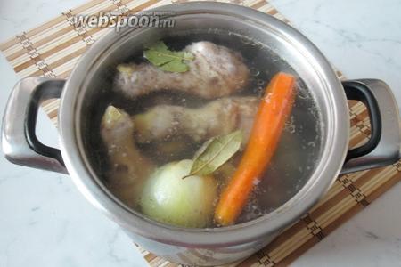 Добавить в бульон лавровый лист, соль и перец чёрный молотый по вкусу. Через 1 час курица будет готова. Её достаём из кастрюли, а говяжьи голени продолжаем варить ещё 2-2,5 часа.