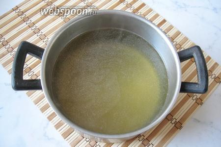 Бульон процедить и снять с поверхности жир, но его будет немного. Бульон должен быть прозрачным, как слеза. Ещё в горячий бульон добавить быстрорастворимый желатин. Если у вас нет такого, то обычный желатин в гранулах залейте небольшим количеством холодной воды и дайте ему набухнуть, а потом добавьте в горячий бульон.