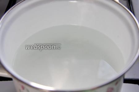 Необходимо вскипятить воду (1,5 л) и оставить её остывать. Она нам понадобится для бульона.