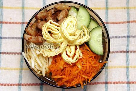 Сверху укладываем свинину, морковь, огурцы, капусту и омлет. Наш суп готов. Приятного аппетита!