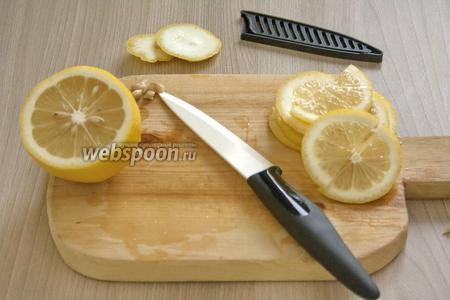 Лимоны (лучше брать с тонкой кожицей) — 500 г тщательно помыть, разрезать на тонкие кружочки. Затем кружочки разрезать на половинки. Если косточек много, то большую часть всё же лучше вынуть. Некритично, если небольшая часть косточек останется в лимонах.