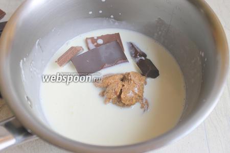 Ну, тут всё просто. Замочим желатин в холодной воде. Нагреваем сливки 150 мл, кладём туда отжатый желатин, пралине, шоколад и всё размешиваем. Даём массе постоять.