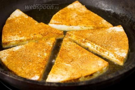 Выкладывайте сыр на хорошо разогретую сковородку с слоем (около 3 мм) кукурузного масла. Обжаривайте на огне чуть больше среднего, по 2-3 минуты с каждой стороны.