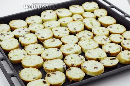 Нарежьте небольшими кружочками, уложите на противень. Подсушите в духовке 10-15 минут при температуре 200°С. Если понадобится, в процессе подсушивания, переверните.