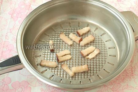 Хорошо разогреть сковороду и выложить в неё кусочки сала. Количество сала регулируйте на свой вкус, но много добавлять не стоит. Я добавляю в сковороду совсем немного подсолнечного масла, буквально только смазываю, так как когда сало вытопится, на сковороде будет достаточно жира. Можно масло не добавлять совсем. Всё зависит от того, какое количество сала вы захотите добавить в будущую яичницу.