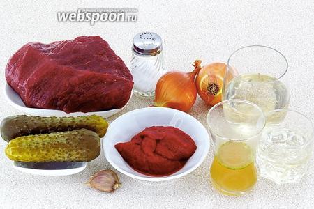 Для приготовления солянки нужно взять говяжью мякоть, репчатый лук, солёные огурцы, томат-пюре, белое сухое вино, мясной бульон, подсолнечное рафинированное масло, чеснок и соль.