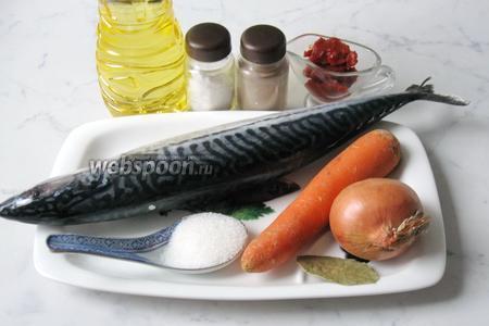 Для приготовления скумбрии в томатном соусе нужно взять скумбрию (у меня мороженая), лук репчатый, морковь, томатную пасту, подсолнечное рафинированное масло, соль, сахар, перец чёрный молотый, лавровый лист.