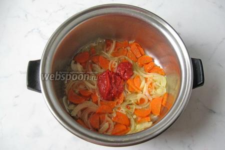Затем добавить томатную пасту.