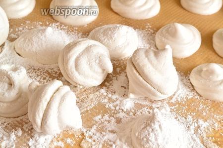 Через сутки обсыпаем зефир сахарной пудрой, лучше взять сахарную пудру с ванилью, чтобы уже зефир был совсем ванильный. И склеиваем половинки зефира.