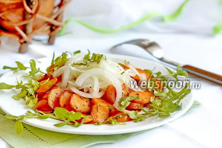 Салат с жареной колбасой и луком