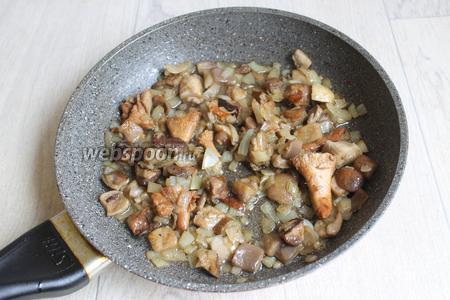 Обжарим лук на масле и добавим грибы (100 г), посолим (0,5 ч. л.), поперчим (0,5 ч. л.) и тушим до готовности грибов.