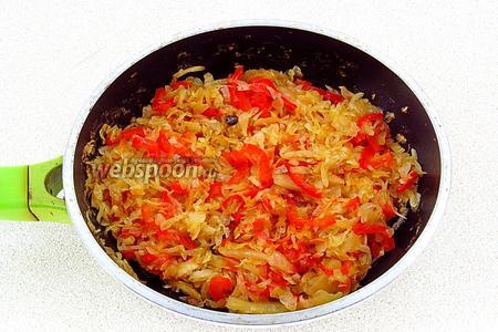 Сковороду накрыть крышкой и тушить на слабом огне до мягкости.