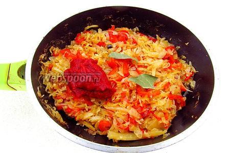В конце тушения добавить лавровый лист, томатную пасту и сухое вино.