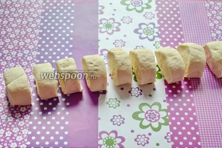Затем скатываем тесто в валик. И нарезаем на 10 частей, примерно по 40 грамм каждая.