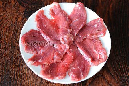 Укладываем кусочки мяса на тарелку.