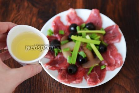 Заправляем мясо оливковым маслом с лимоном.