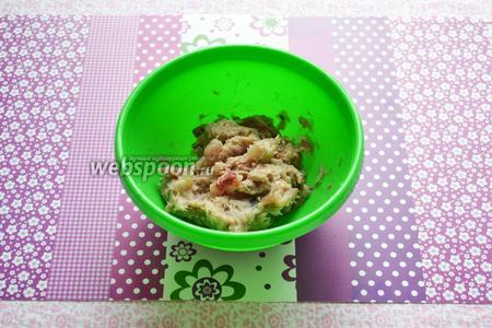 Подготовленное филе сельди нарезаем мелкими кусочками или измельчаем блендером (необходимо следить, чтобы не перебить до состояния паштета).