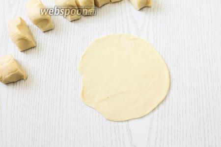 Тесто делим на 2 части, раскатываем каждую часть в жгут. Жгуты нарезаем на небольшие кусочки, чуть крупнее, чем на манты. Подпылив стол мукой, раскатываем тесто толщиной 2 мм, оно выходит размером больше, чем чайное блюдцо.