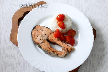 Подаём рыбу с рисом. Приятного аппетита!