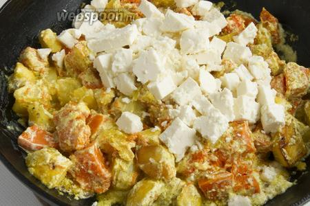 Добавьте 250 г адыгейского сыра, нарезанного небольшими кубиками. Если сметана густая и сабджи получается суховатым, можно добавить немного воды.