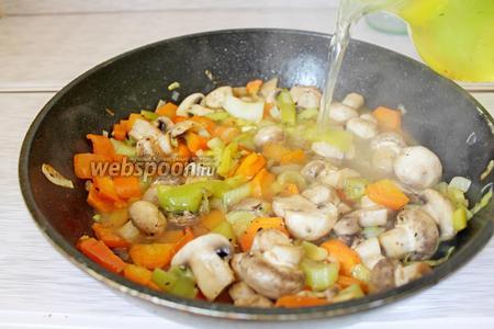 В овощи влить бульон (500 мл), приправить по вкусу.
